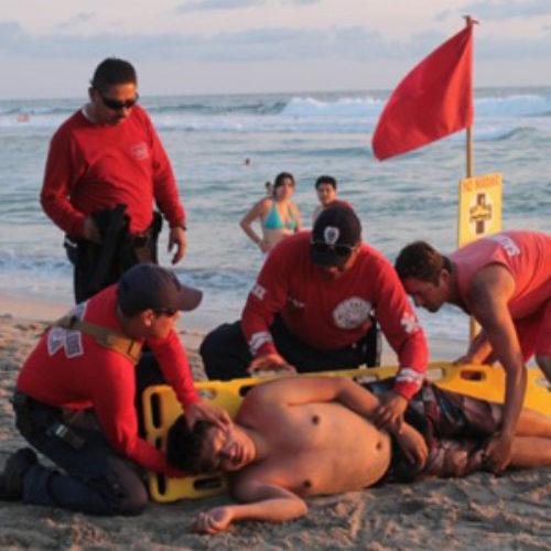 Durante periodo vacacional de invierno, bomberos rescatan a 45 personas en playas de Oaxaca