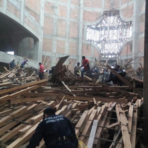Auxilian cuerpos de seguridad a ciudadanos, tras derrumbe de obra en construcción en San Juan Bautista Tuxtepec