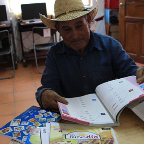 Don Rodolfo se ha puesto dos tareas: alfabetizarse y sembrar cactáceas en San José del Progreso
