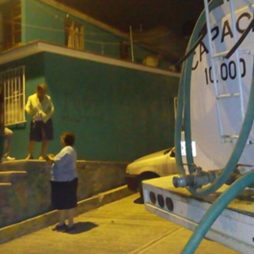Distribuye SAPAO agua potable a través de tanques cisterna en Lomas de Santa Rosa