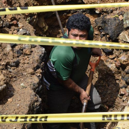 Personal de SAPAO realiza labores de sondeo para reparación de línea de distribución