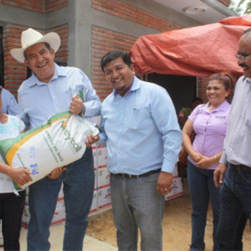 Entrega SEDAPA semilla de maíz mejorada a productores de San Nicolás Quialana