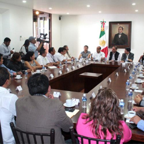 Reafirma Gabino Cué compromiso institucional con el sindicato de trabajadores de gobierno