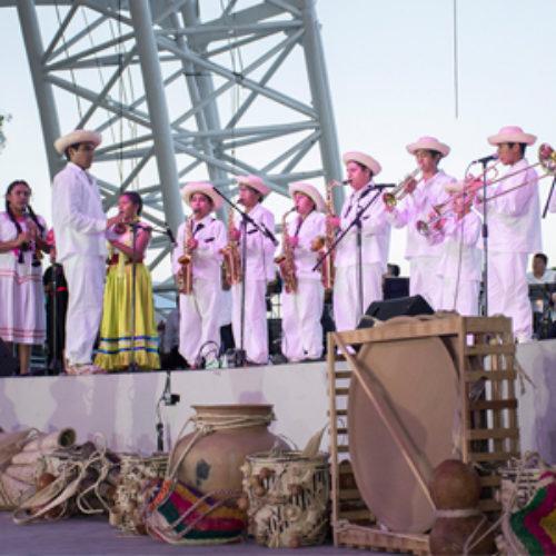 Orgullosos de sus raíces, delegaciones muestran su folclor y cultura en Guelaguetza 2016