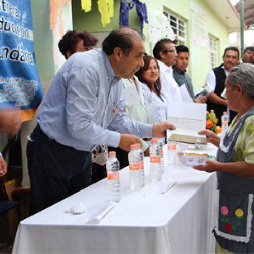 Reciben 43 beneficiarias de programas sociales de Cuilapam certificado de educación básica