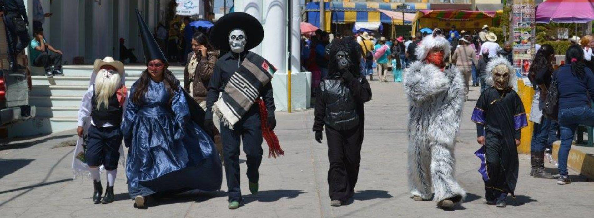 CHILOLOS, VIEJITOS, MAROTAS Y MÁS DE MIL PERSONAS DESFILARON EN EL CARNAVAL DE CHALCATONGO 2017