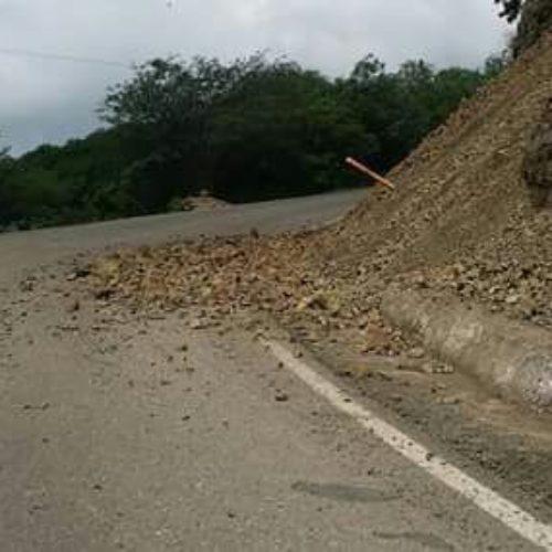 Informan sobre derrumbes en la carretera a Totolapan