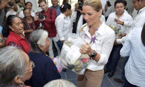 Entrega Ivette de Murat apoyos en Valles Centrales