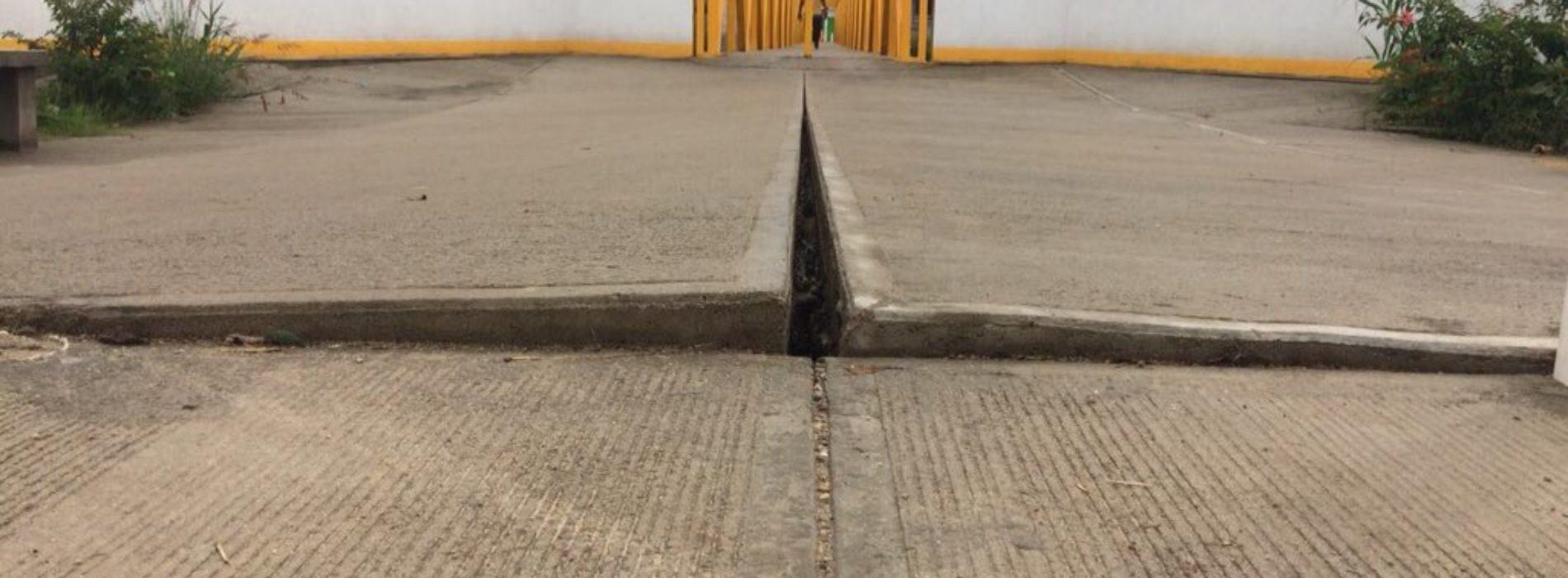 Reportan hundimiento del puente nuevo de San Jacinto Amilpas.