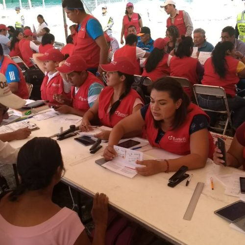 Entrega SEDESOH tarjetas de BANSEFI en Juchitán.