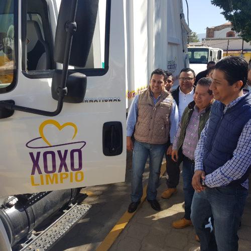 Edil entrega vehículos para limpieza de Xoxocotlán.